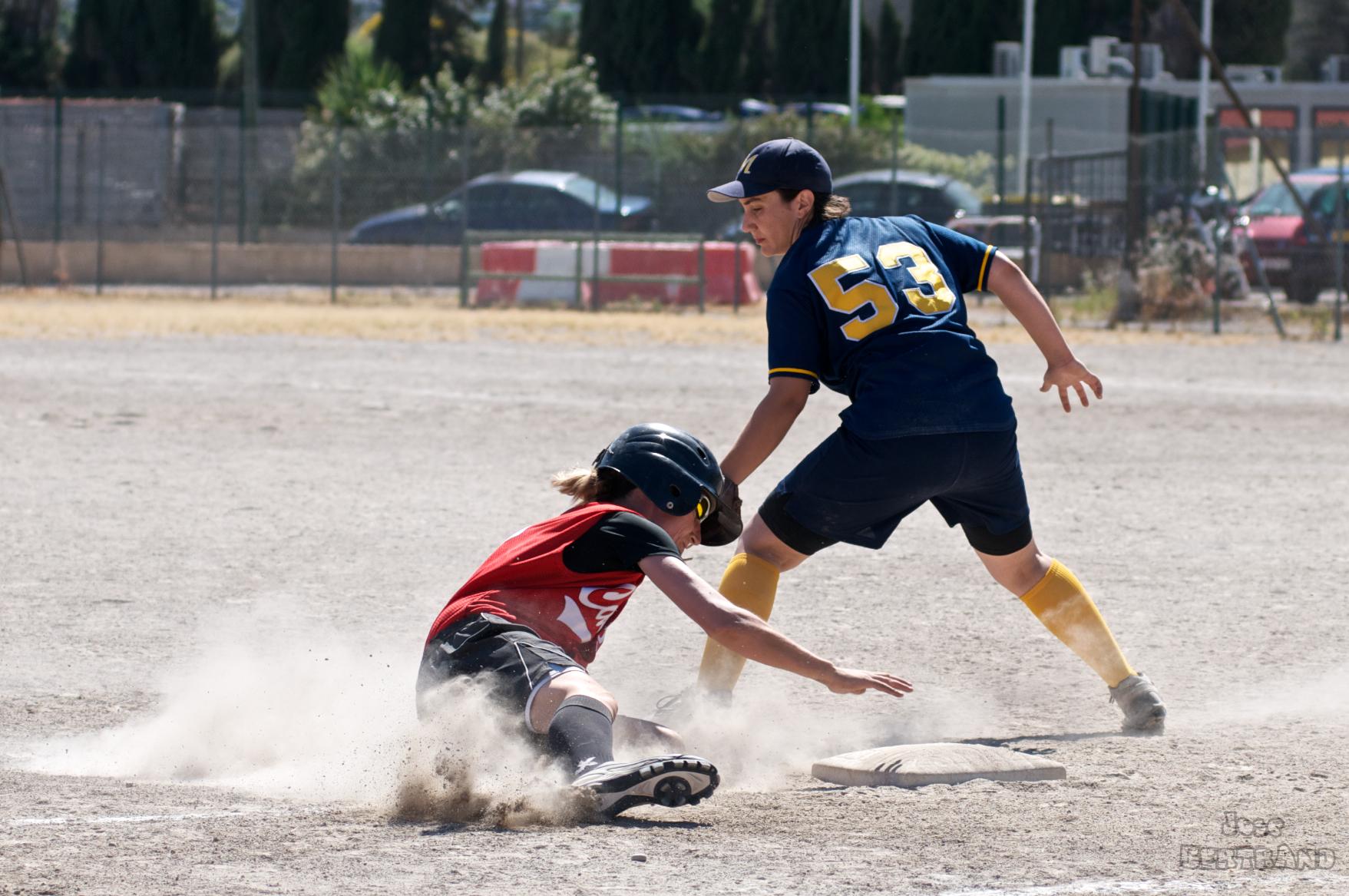Le coureur touche la base avant d'être touché par la balle à l'intérieur du gant. ©Meds