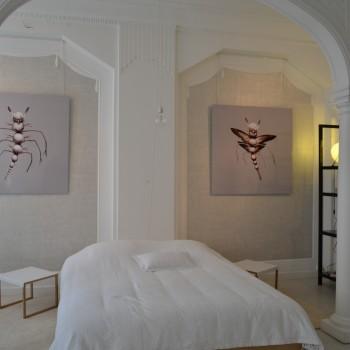 La chambre de l'appartement sert, elle aussi, de lieu d'exposition unique. ©MD