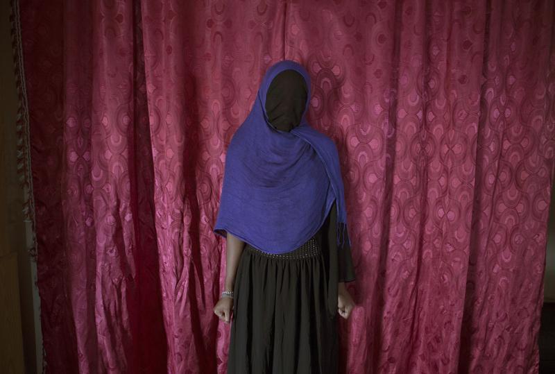 Retrouvée en compagnie d'un garçon, la famille de Malika les oblige à se marier. Elle vit encore chez sa mère et continue l'école. ©Martina Bacigalupo