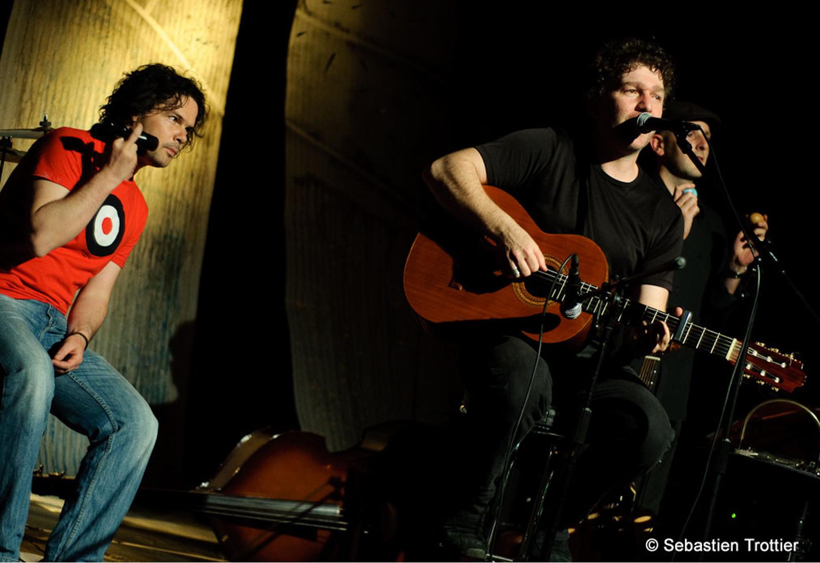 Cendrio sur scène accompagné de ses musiciens ©DR