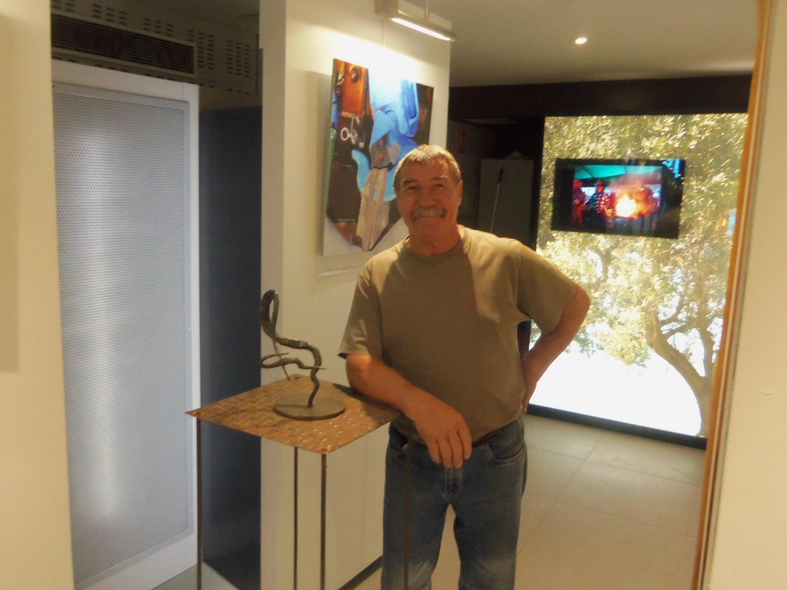Henri Garcia posant à côté d'une de ses maquettes. ©DF