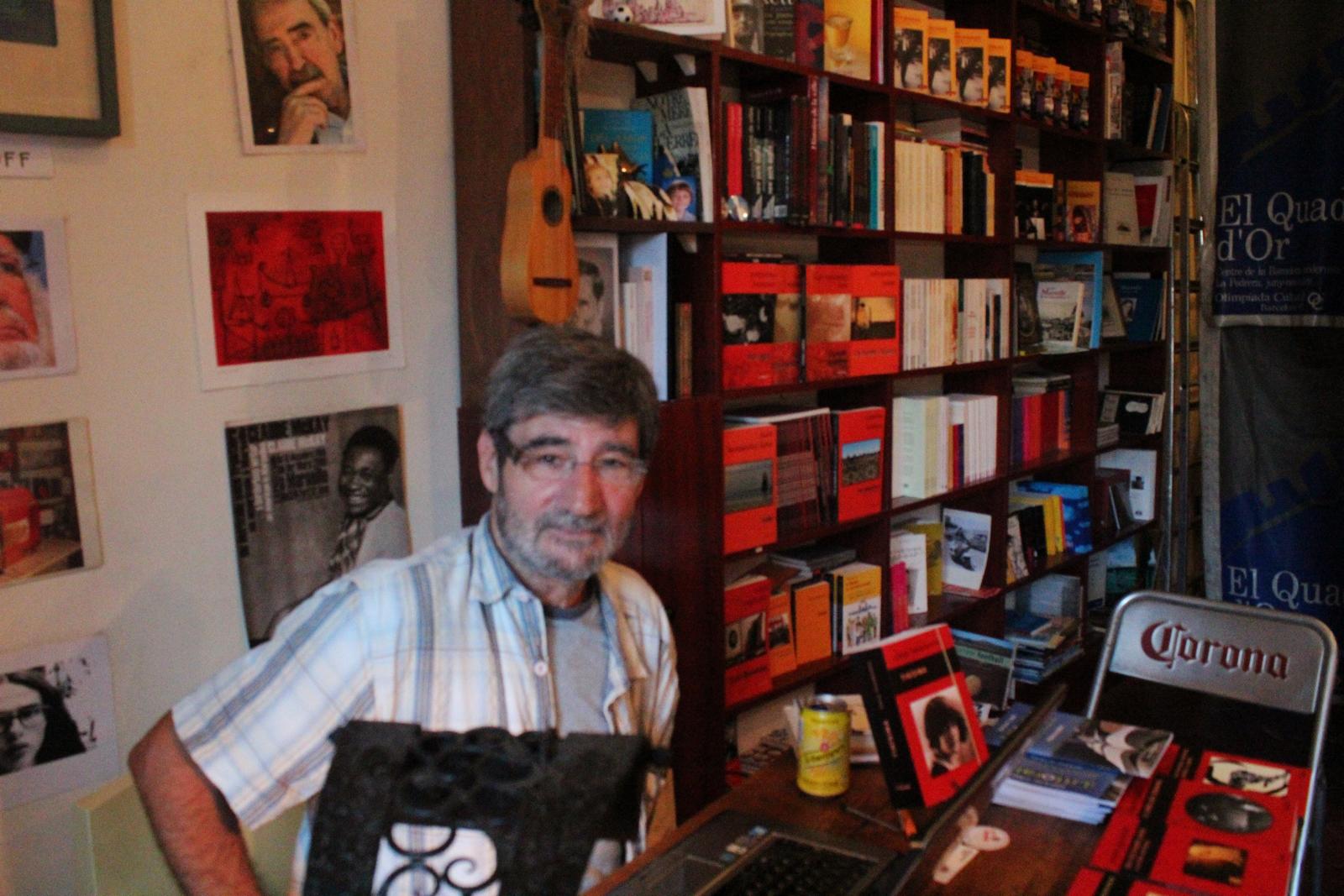 Jacques Aubergy, dans sa librairie. ©DF