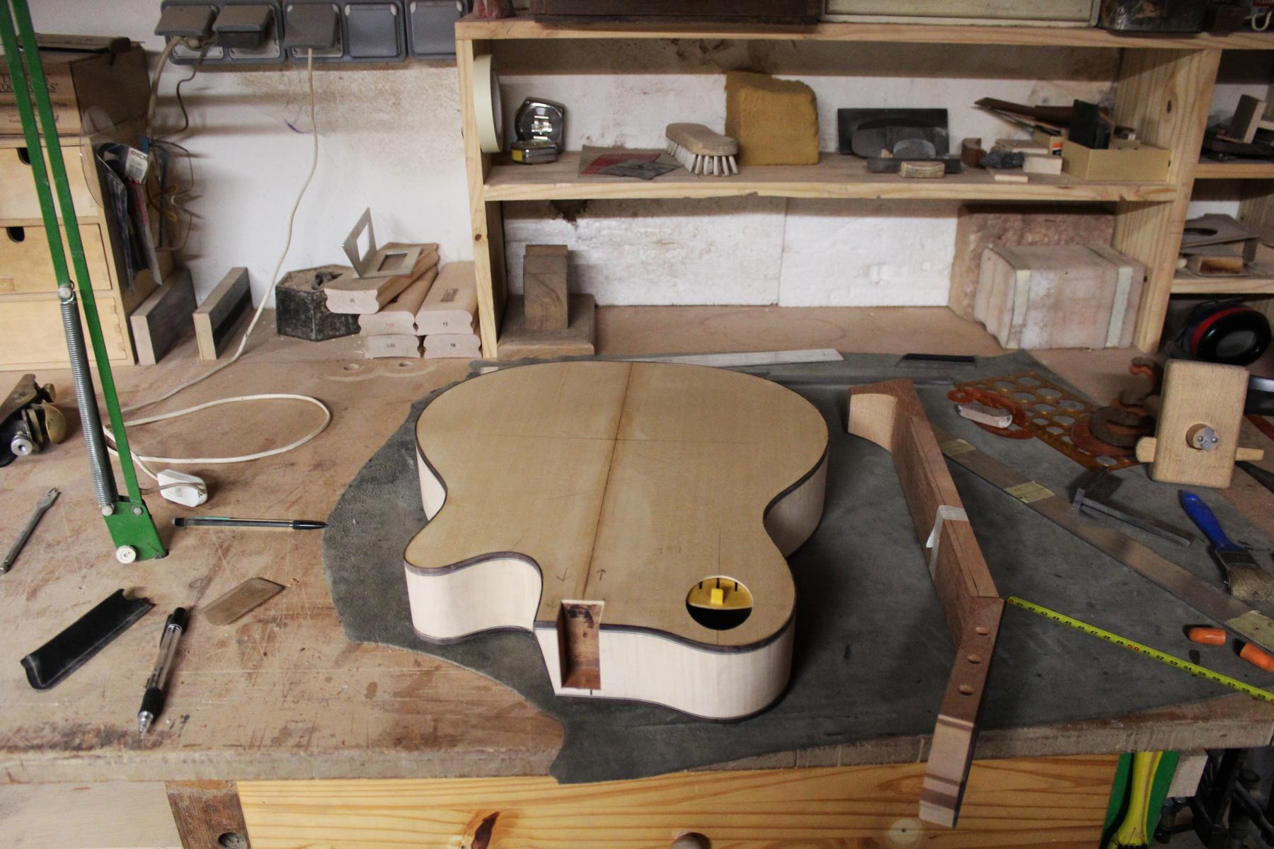 Une guitare classique en cours de fabrication. ©AL