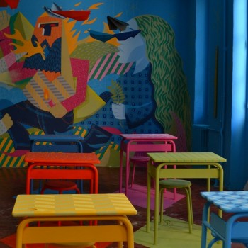 La salle de l'artiste Clément Laurentin, au primaire. Des objets abandonnés depuis la fermeture ont été récupérés par les artistes. ©MD