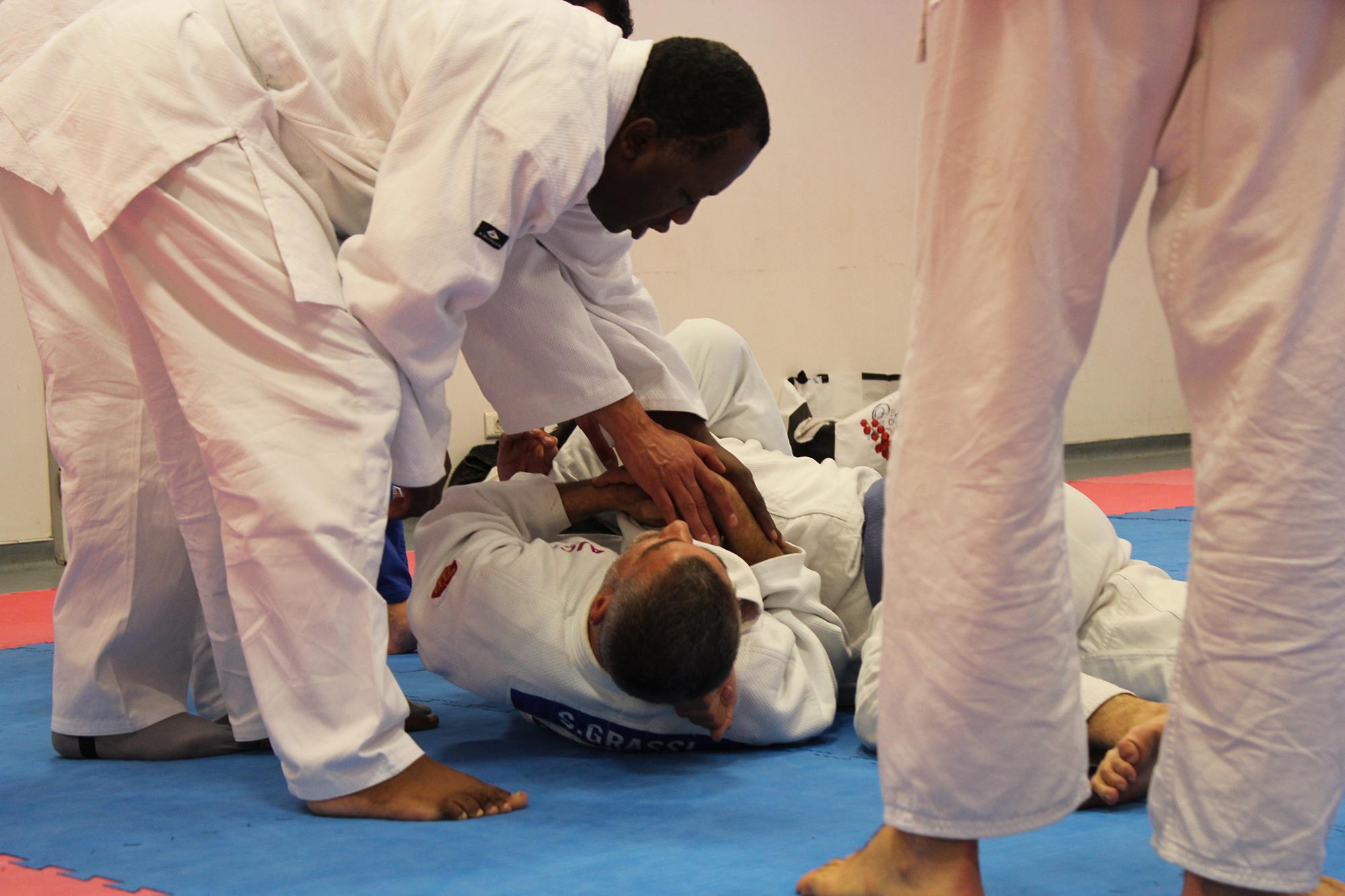 Pour enseigner les prises et positions, Stéphane Grassi fait appel au toucher. ©AL