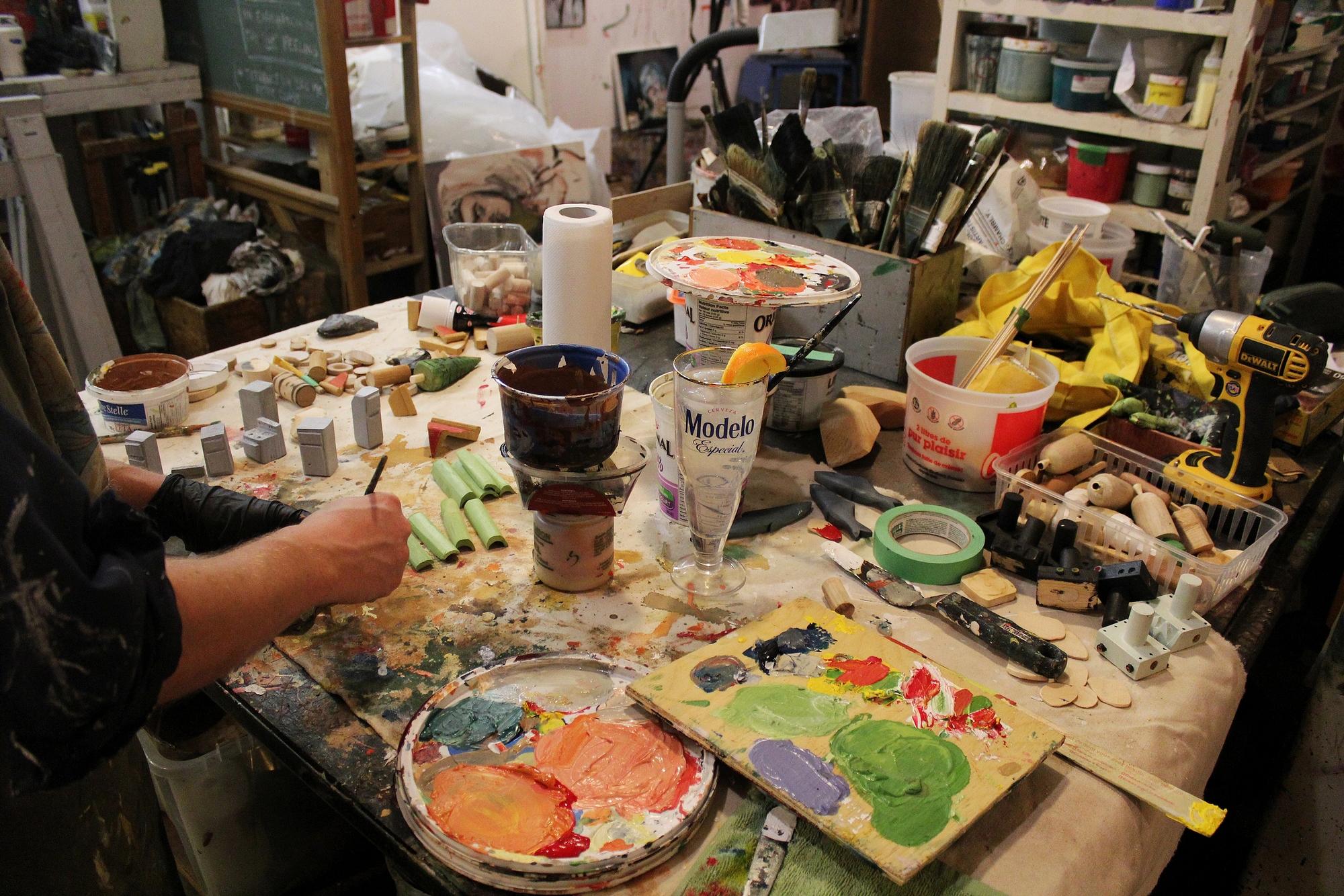 Ils utilisent des produits locaux : peinture acrylique et vernis. ©AL