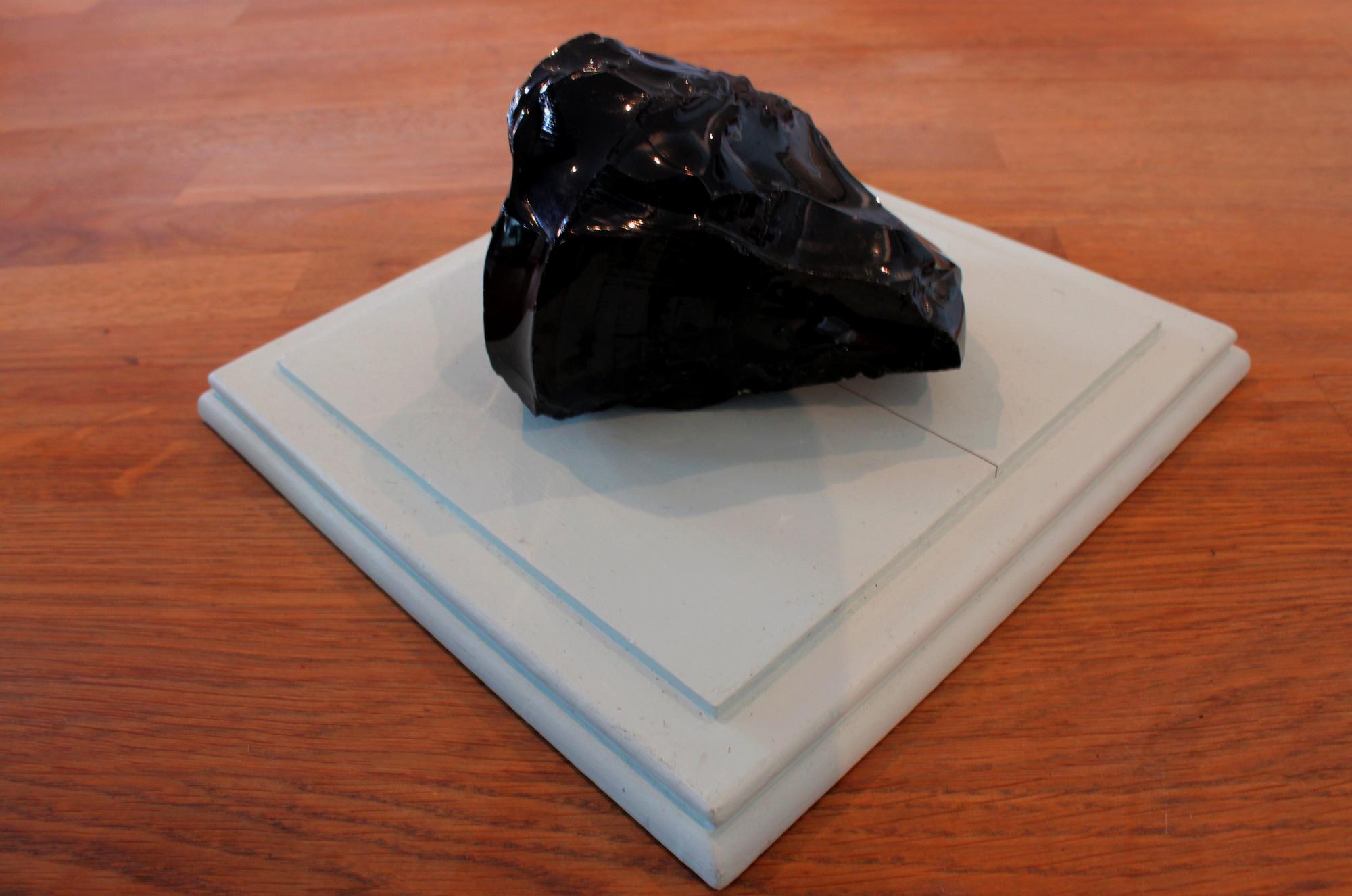 La fameuse pierre noire faite de déchets vitrifiés. ©AL