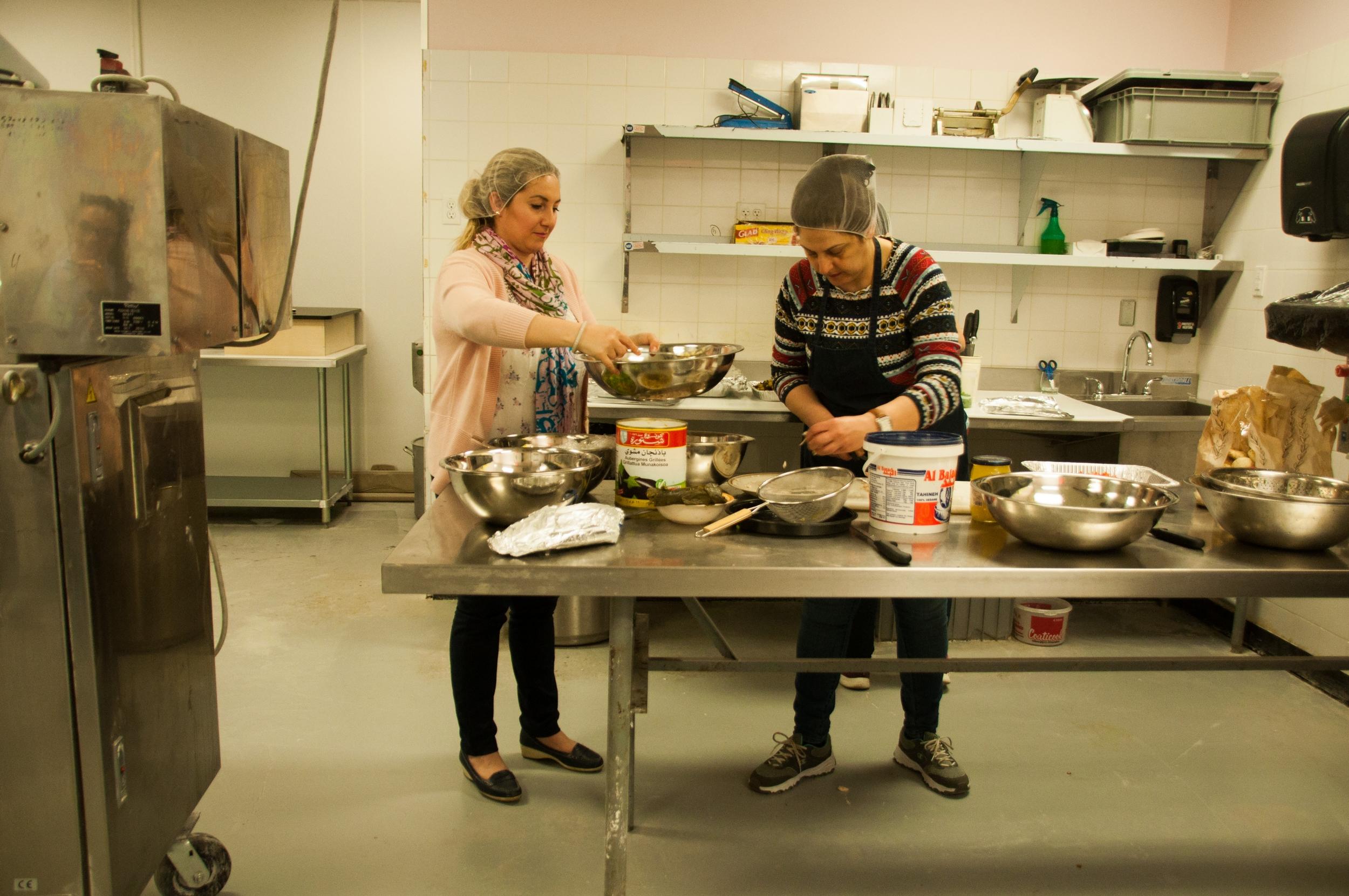 Dans la cuisine, les femmes discutent en arabe tout en pratiquant leur français. ©Inès Marandon