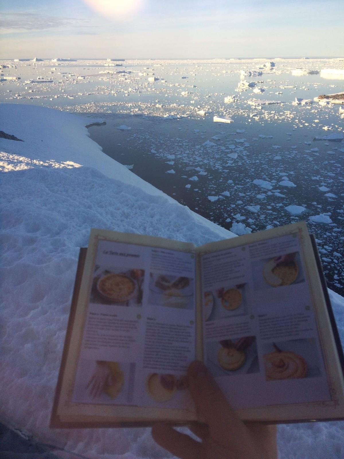 Un des livres est arrivé en Antarctique. ©DR