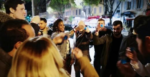 Le pub crawl permet aux personnes qui voyagent seules de passer une soirée conviviale. @Pub Crawl Marseille
