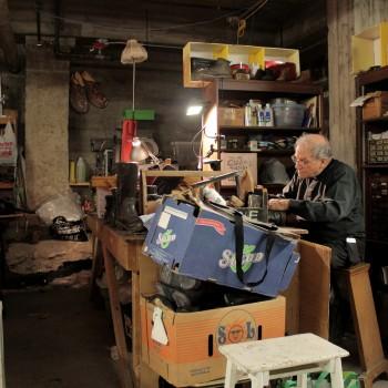 Jean-Pierre Couturier consacre son seul jour de congé de la semaine à récupérer et trier des chaussures pour les sans-abris. ©AL