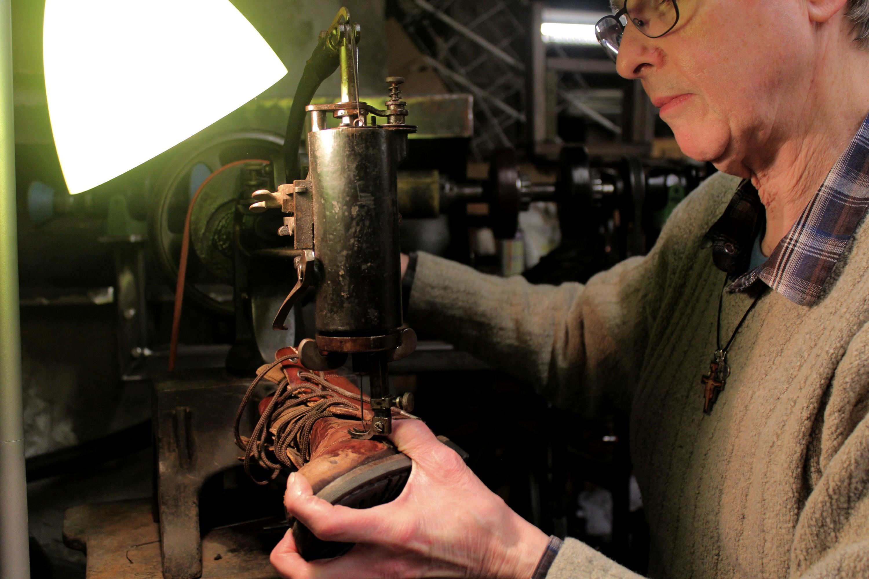 Michel Lecours, cordonnier retraité, vient aider régulièrement depuis un an et apporter son précieux savoir-faire. ©AL