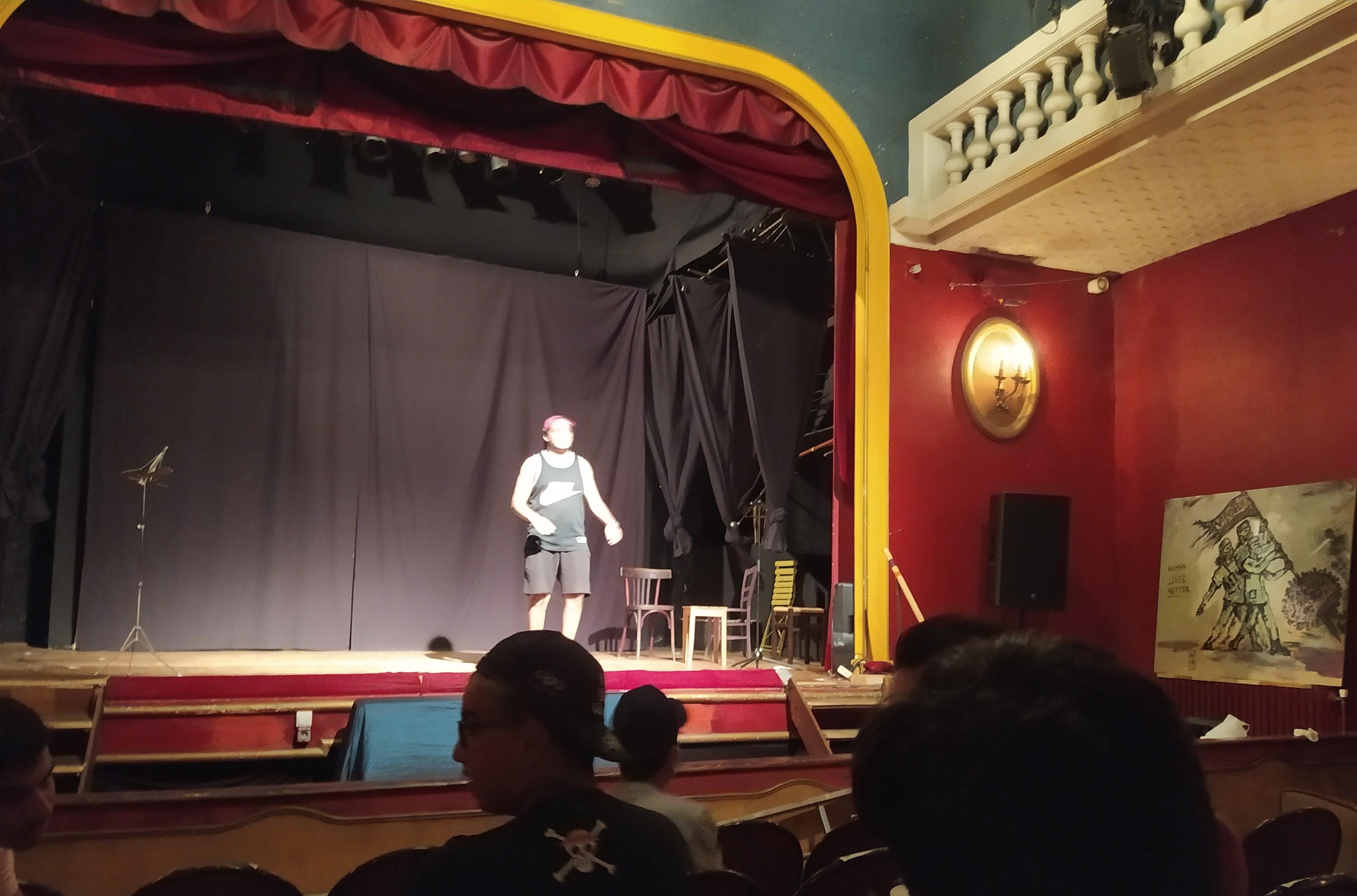 Un des jeunes monte sur scène pour présenter son sketch devant les humoristes de clique et arriles Amrani.