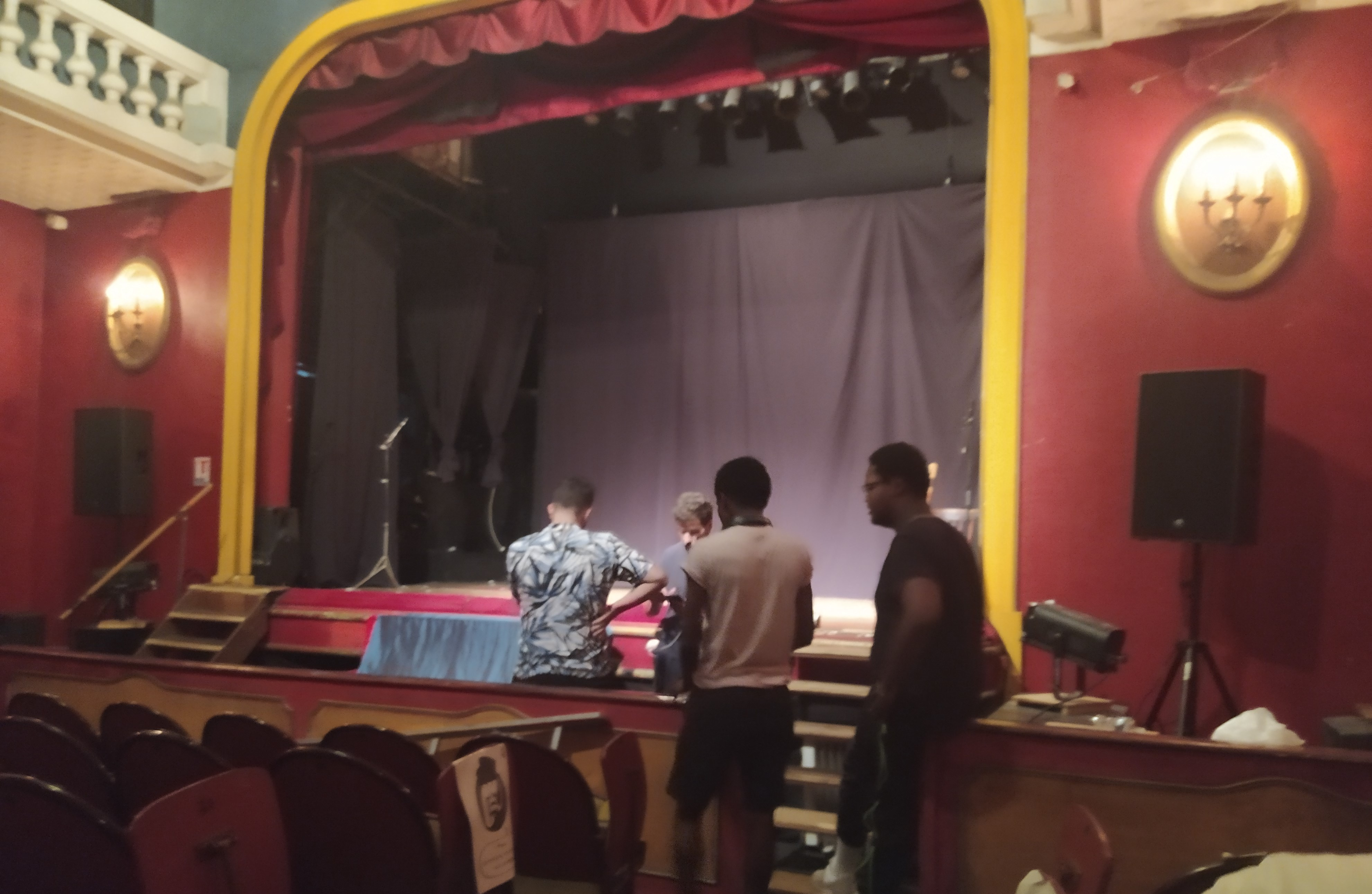 Dans un théâtre, des jeunes demandent conseil à Redouane Bougheraba sur leur jeu.