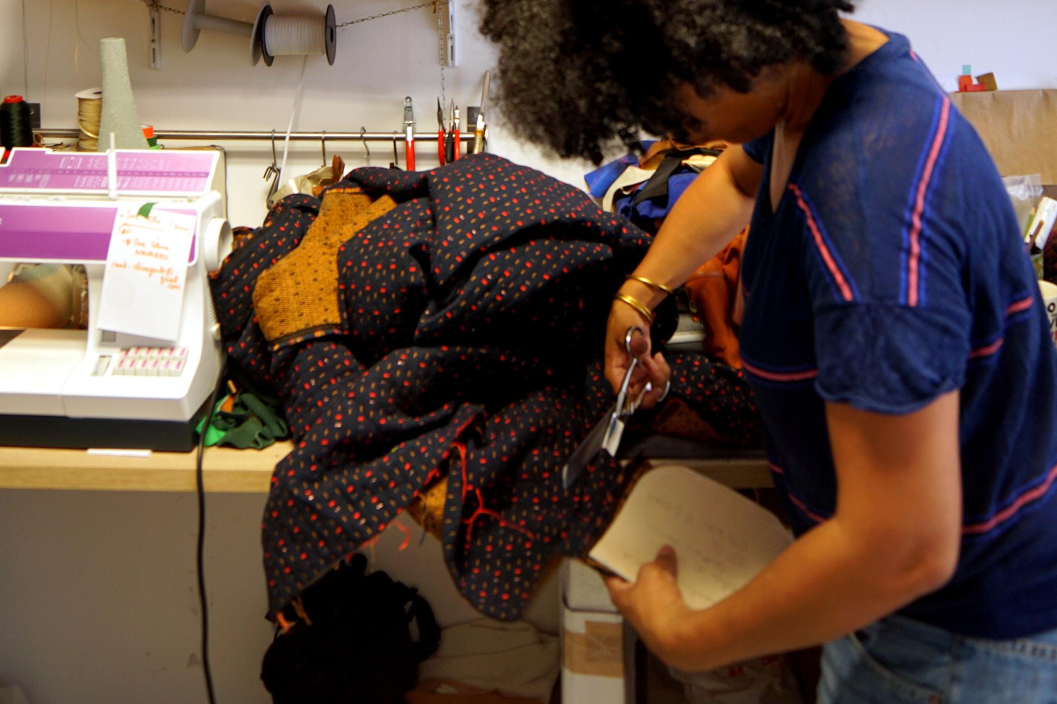 Élodie Marville se sert de ses stocks pour confectionner ses modèles.  ©Sacadidie