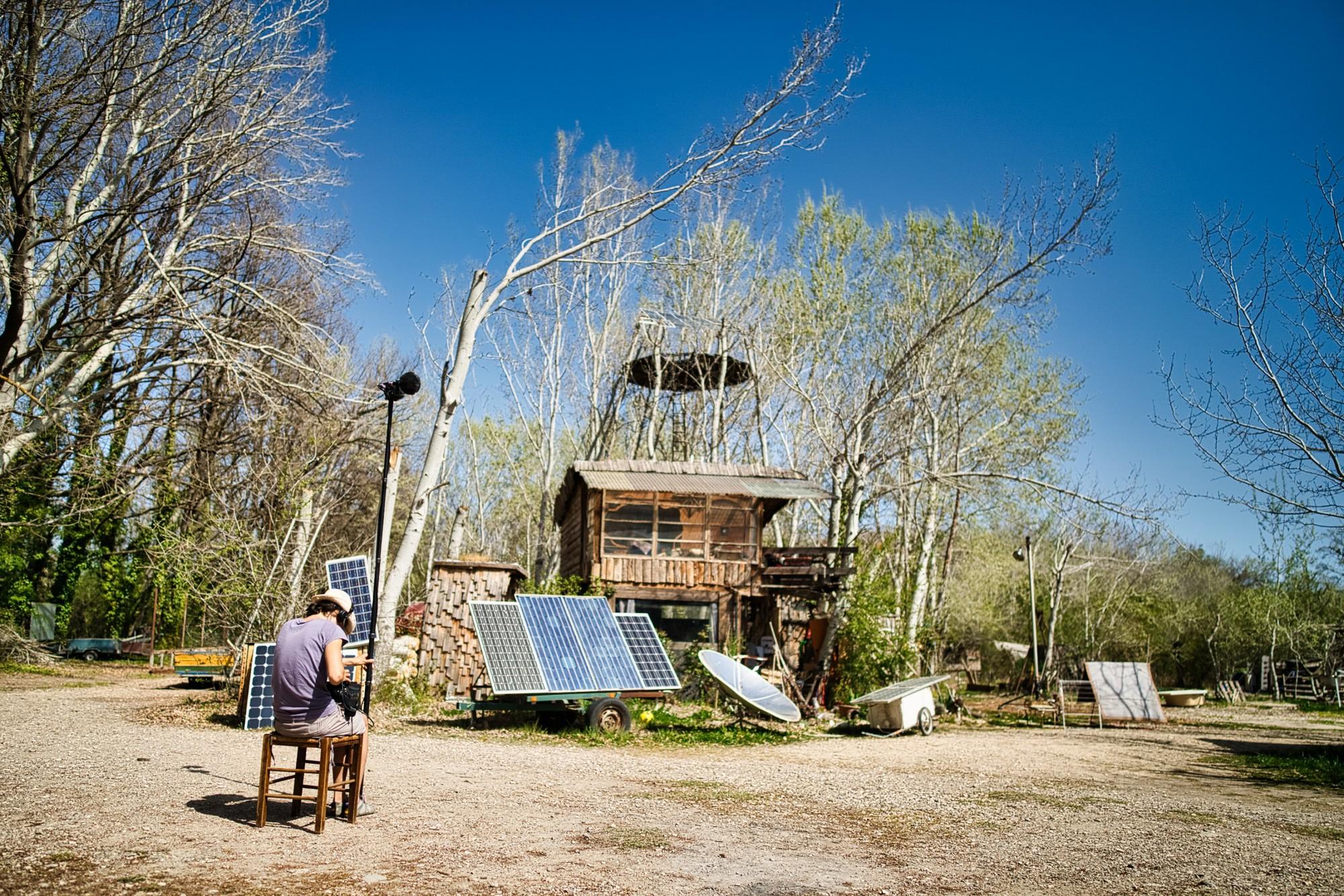Un épisode de la série documentaire sera consacré à la Multiversité Bidouill'art,une ressourcerie au sud du Luberon qui prouve qu'il est possible de construire uniquement avec de l'énergie solaire.©KevinSimon