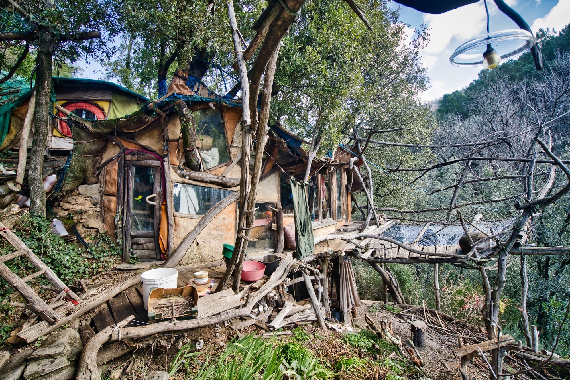 Une fascinante cabane de presque 20 ans, construite sans vis ni clous, dans un endroit tenu secret, au cœur du parc national des Cévennes.©KevinSimon