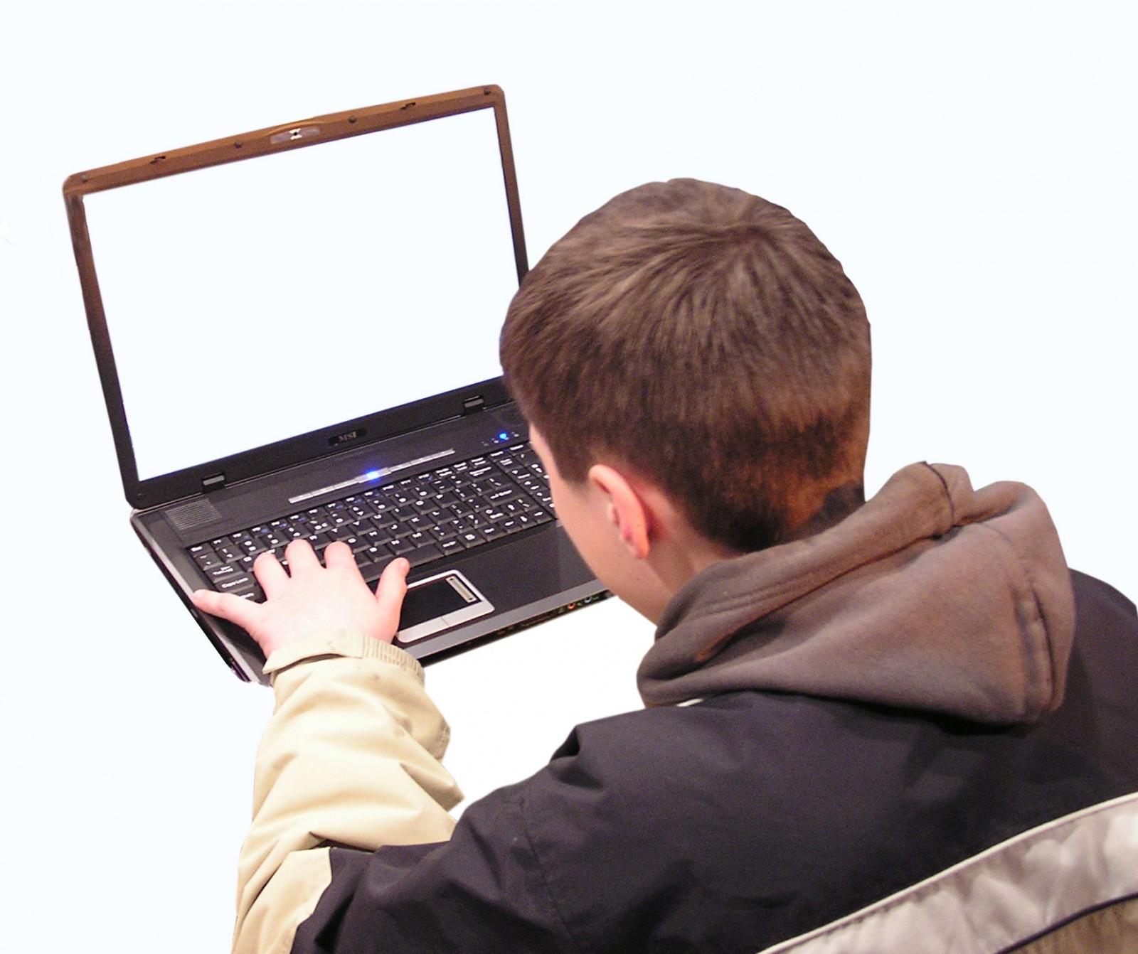 Environ 40 % des mineurs de moins de 13 ans possèdent un compte sur Facebook.
