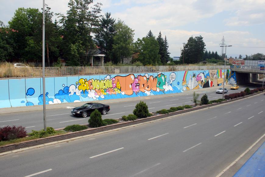 Réalisation d'une fresque sur un mur dans la ville de Tetovo en Macédoine.  © Lartmada.