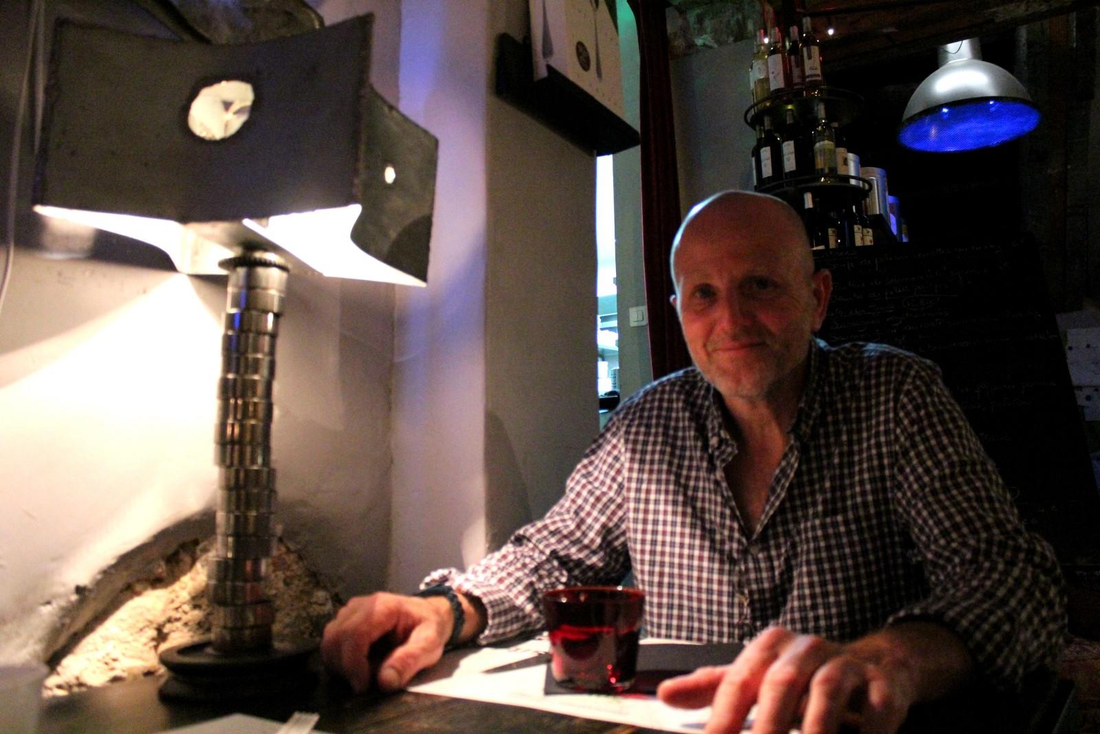 Nicolas Vitellaro, dans le restaurant Drôle d'Endroit à Aix, au côté de sa lampe fétiche. ©AL