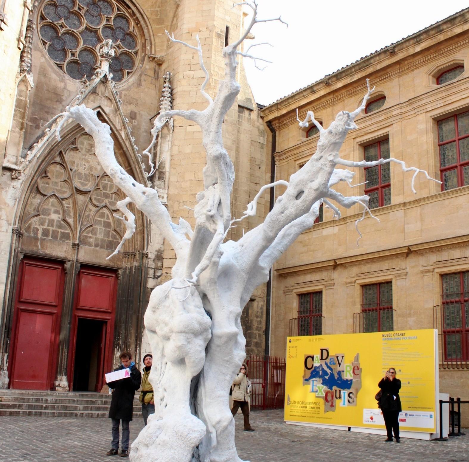 """I feel, you feel, we feel through each other into our selves"", de Ugo Rondinone, Place Saint-Jean de Malte. Photo ©AL"