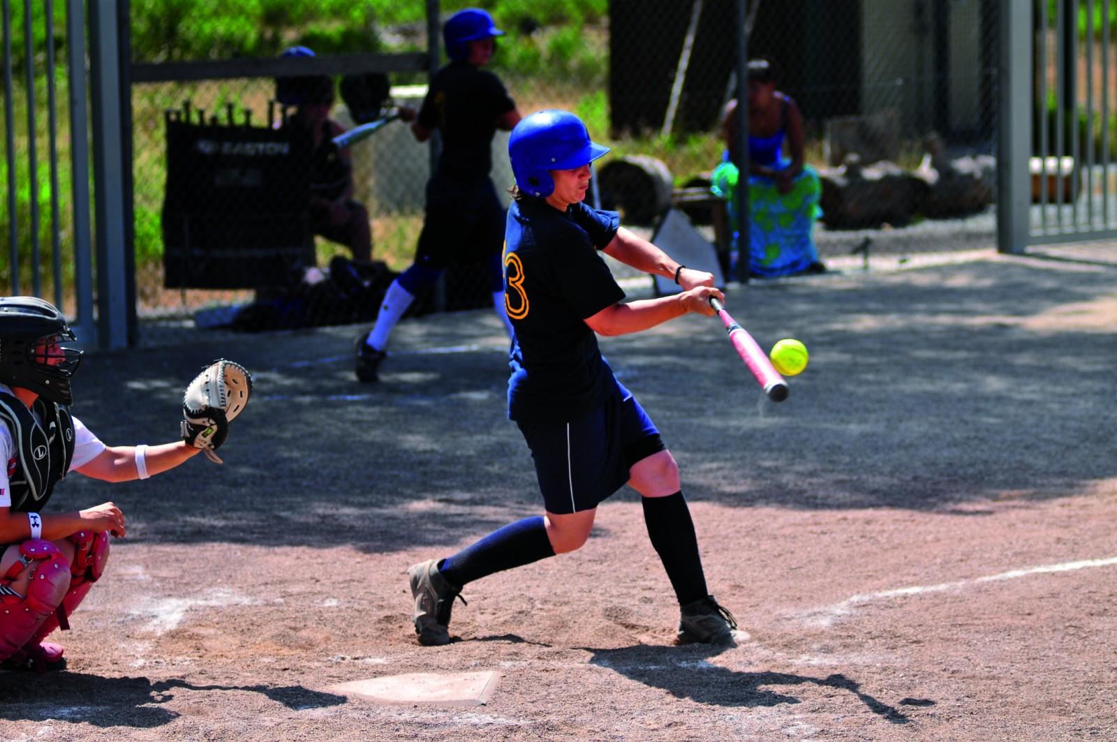 Le batteur touche la balle et doit courir pour rejoindre la première base. ©Meds