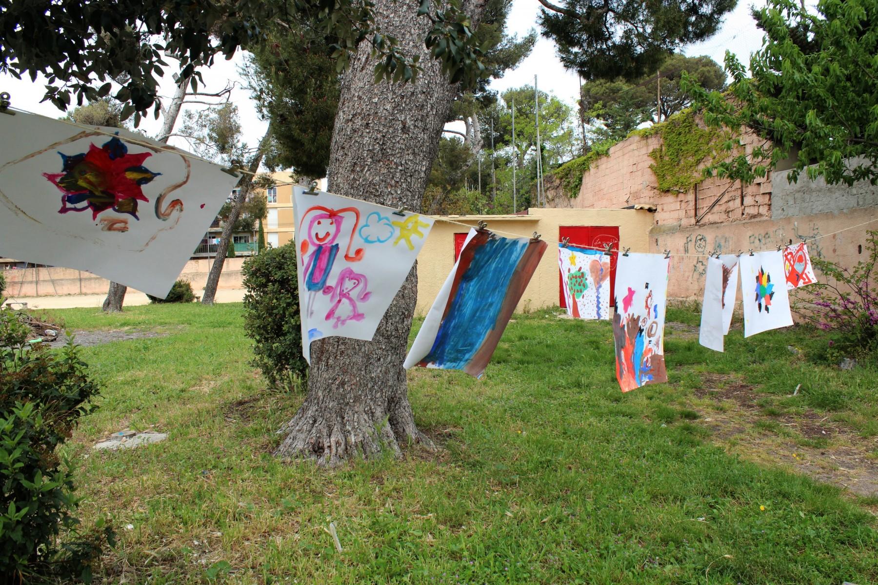 Des cordes à linge sont installées pour sécher les peintures des enfants. ©AL