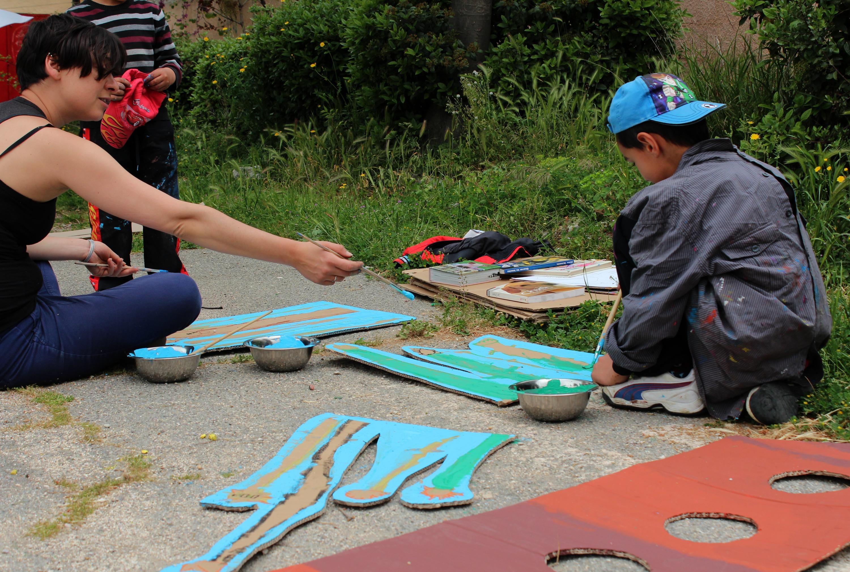 L'artiste Claire Dantzer prépare avec les enfants de La Sauvagère et de Benza, un décor qui sera installé dans le quartier de Benza, le 29 mai.  ©AL