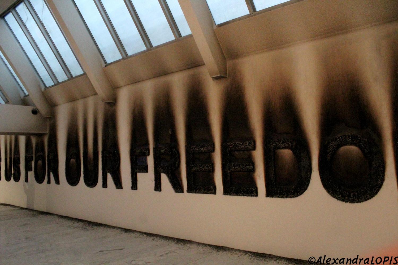 """Claire Fontaine """"They hate us for our freedom"""", vue de l'installation au [mac] de Marseille, ©Claire Fontaine. Photo ©AL"""