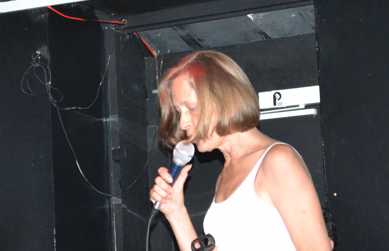 En fin de soirée Monika prend parfois le micro pour chanter ©MD