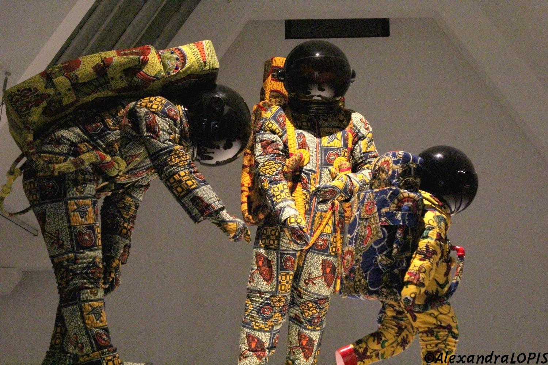 Yinka Shonibare, Vacation , 2000, coton imprimé, quatre personnages en fibre de verre, casques en verre, Musée d'Israël, Jerusalem Acquisition par le comité d'acquisitions d'art contemporain des Amis du Musée d'Israël de New York. Photo ©AL
