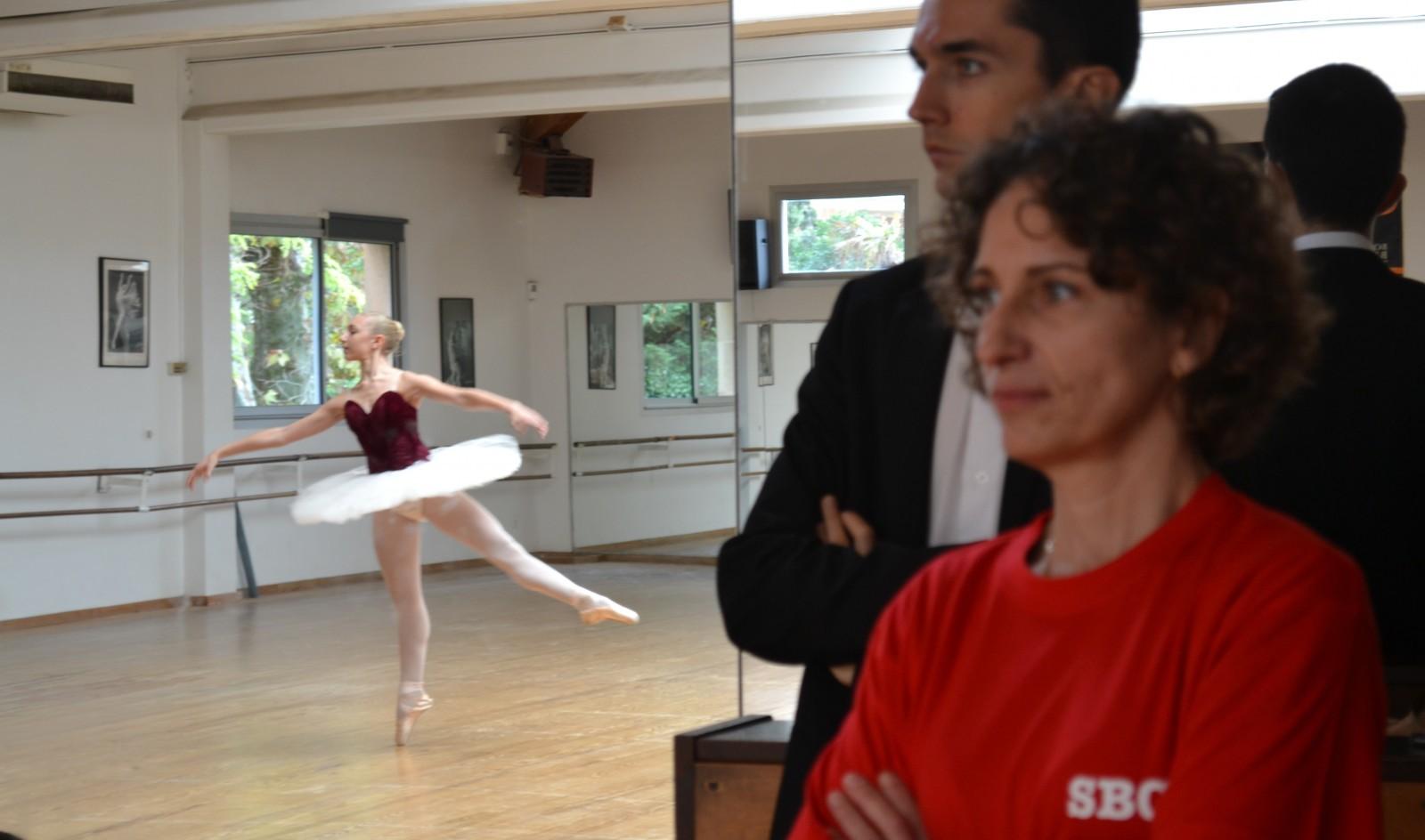 Valérie Baldy couve du regard une de ses jeunes danseuses. ©MD