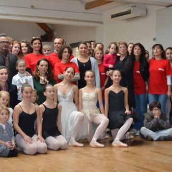 L'ensemble des personnes présentes pour soutenir le Studio Ballet Colette Armand ©MD