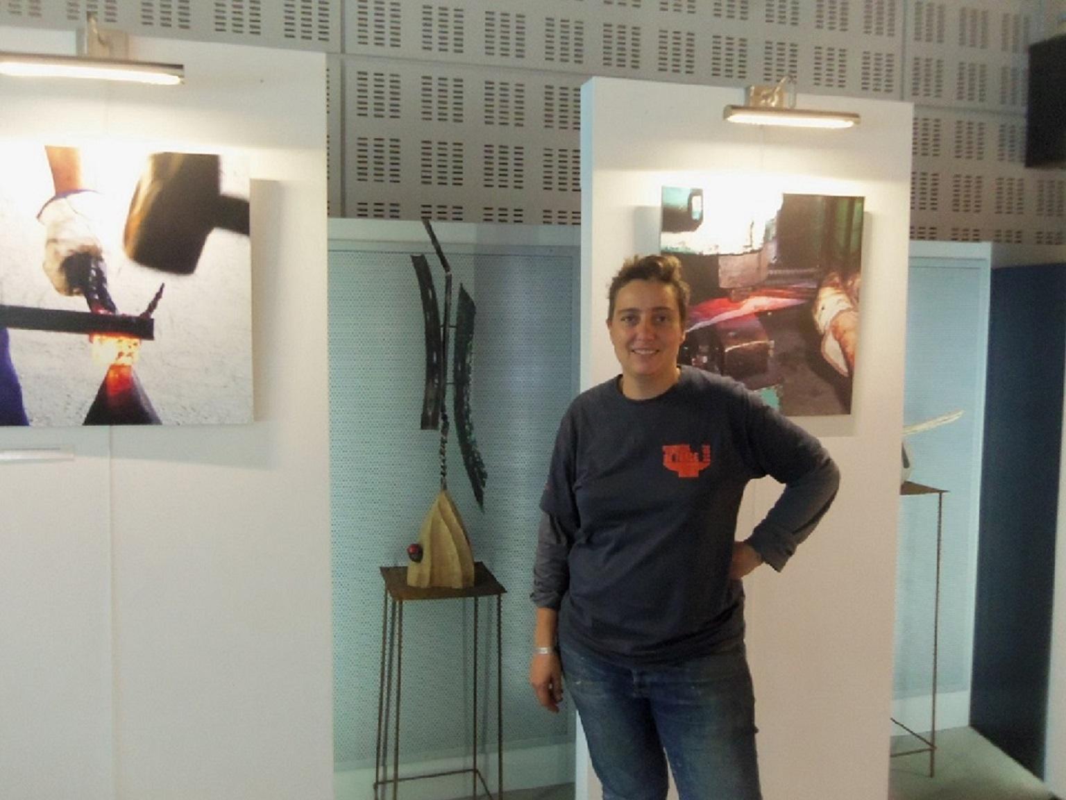 L'artiste forgeronne Géraldine Marx à coté d'une de ses œuvres. ©DF