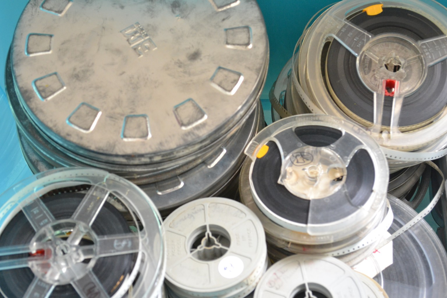 Caisse de films offerts à l'association. ©MD