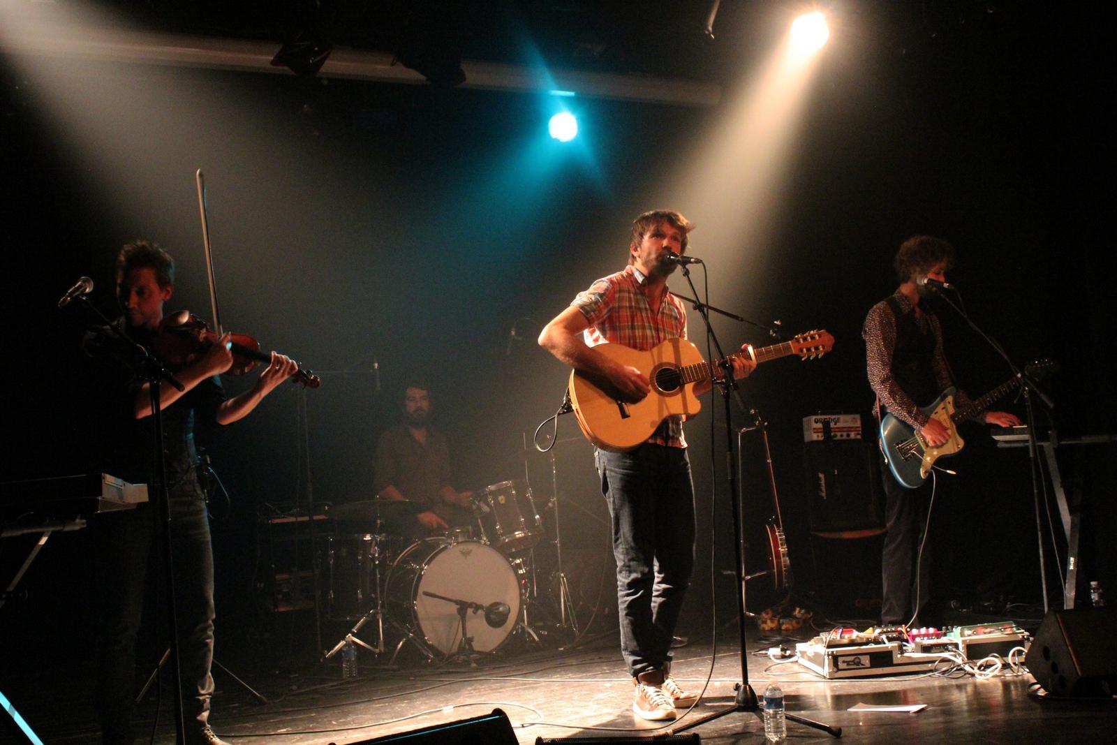 Monsieur Lune en compagnie de ses musiciens : Monsieur Cheveu (guitare, basse, banjo, ukele), Gael Derdeyen (violon, mandoline, melodica) et Frédéric Monaco (batterie). ©AL