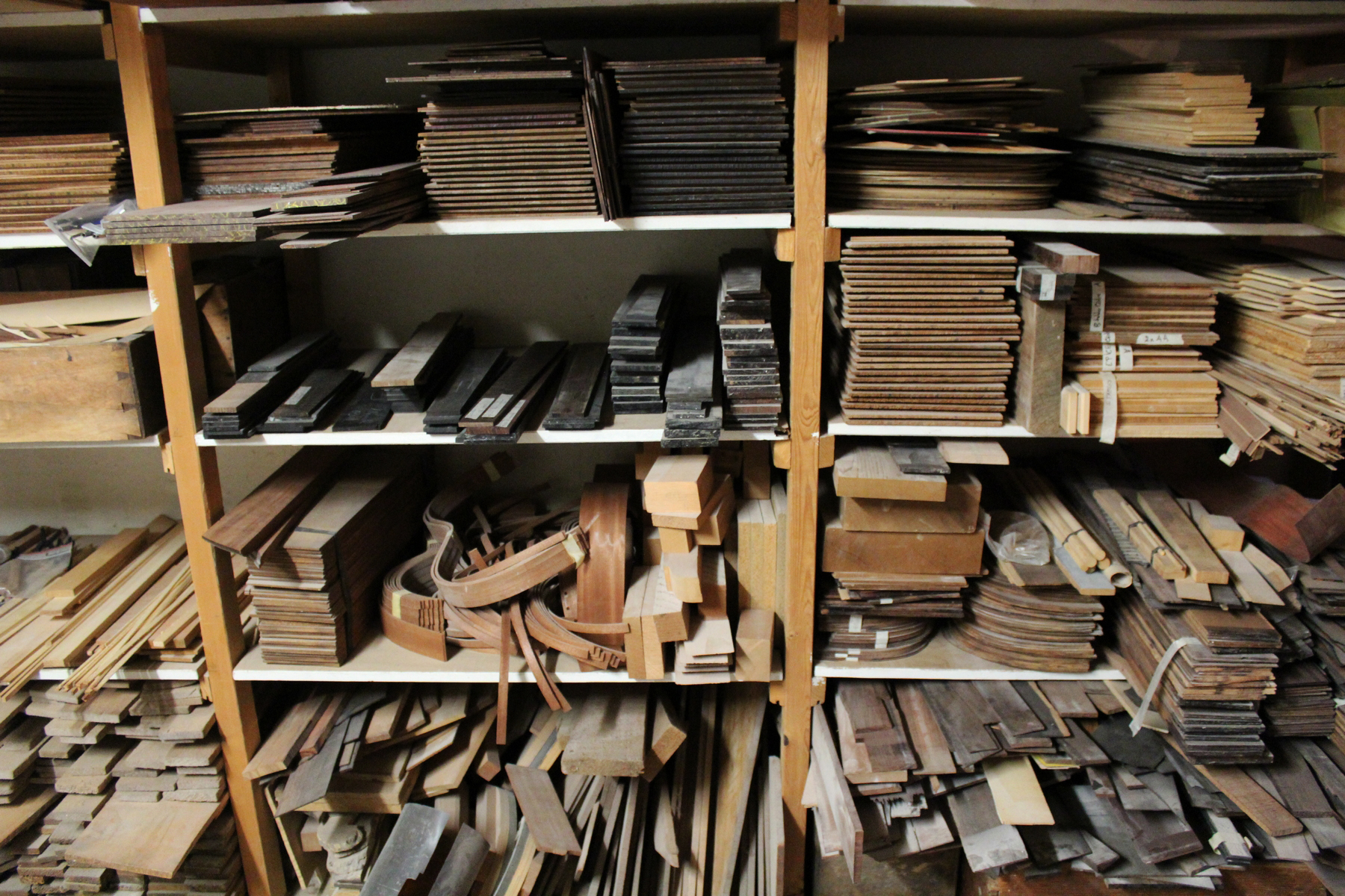Son stock est constitué de bois ayant entre 10 et 80 ans de séchage naturel, certains appartenaient à son prédécesseur. ©AL