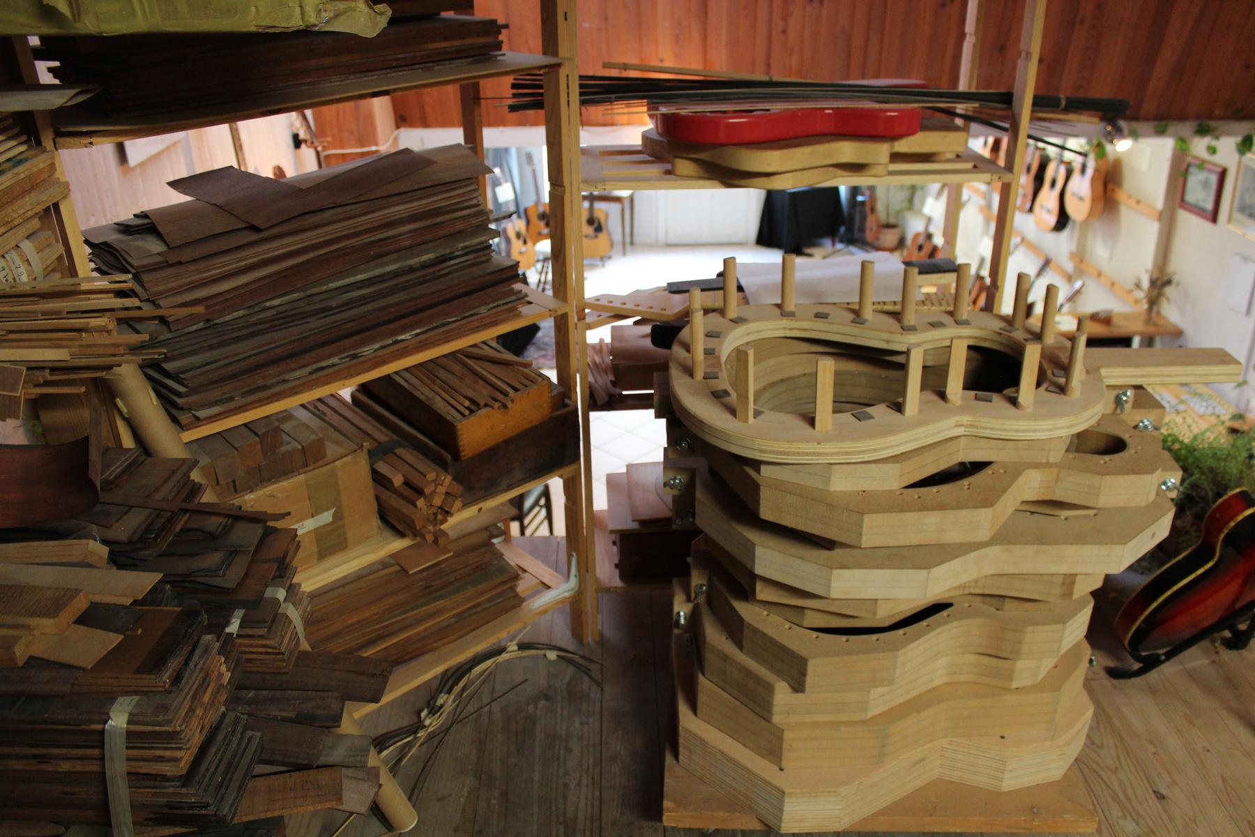 L'étage de l'atelier est consacré à la restauration, avec une vue sur la boutique. ©AL