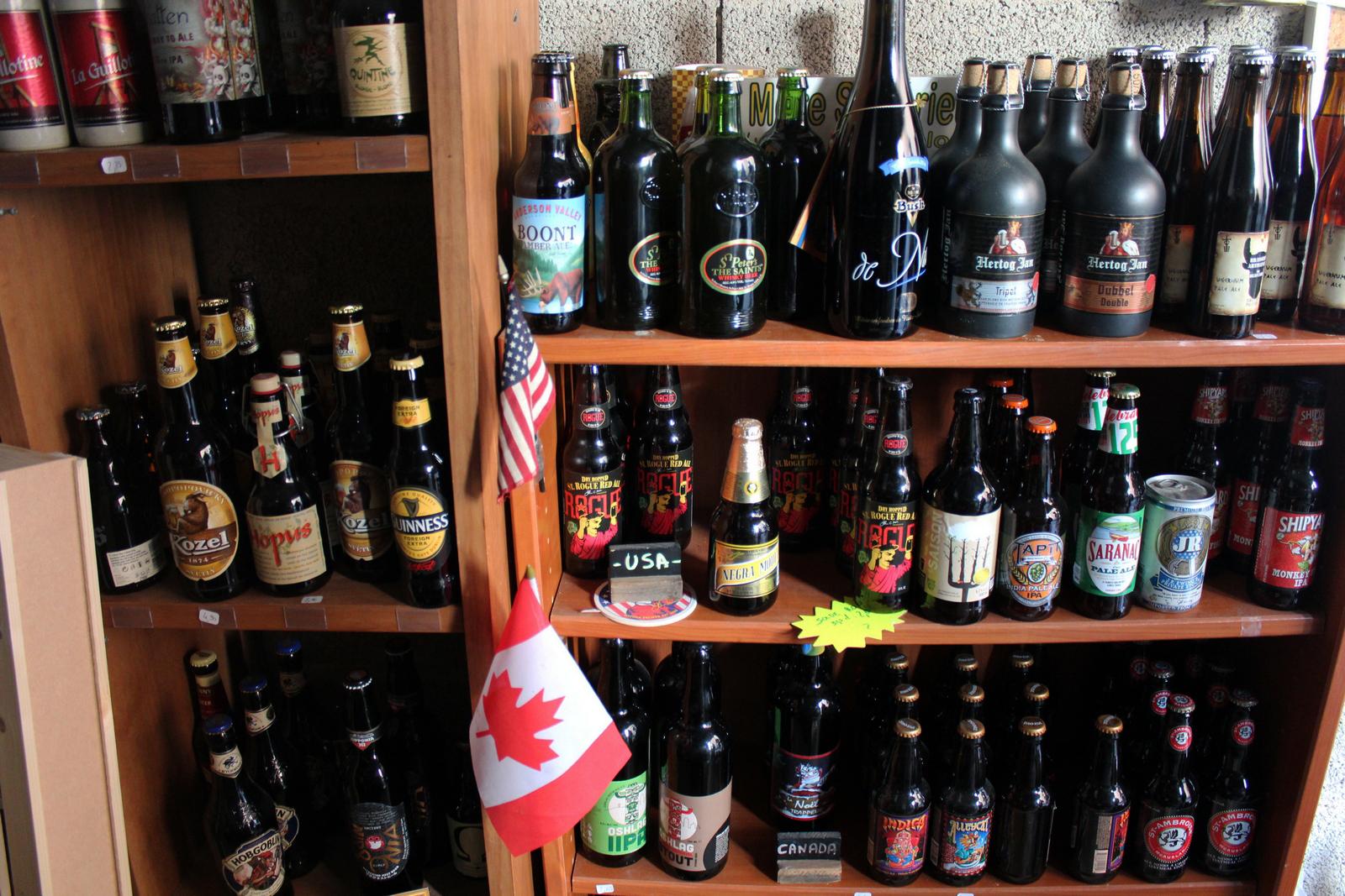 Des étagères du garage sont consacrées à la bière nord américaine©AL