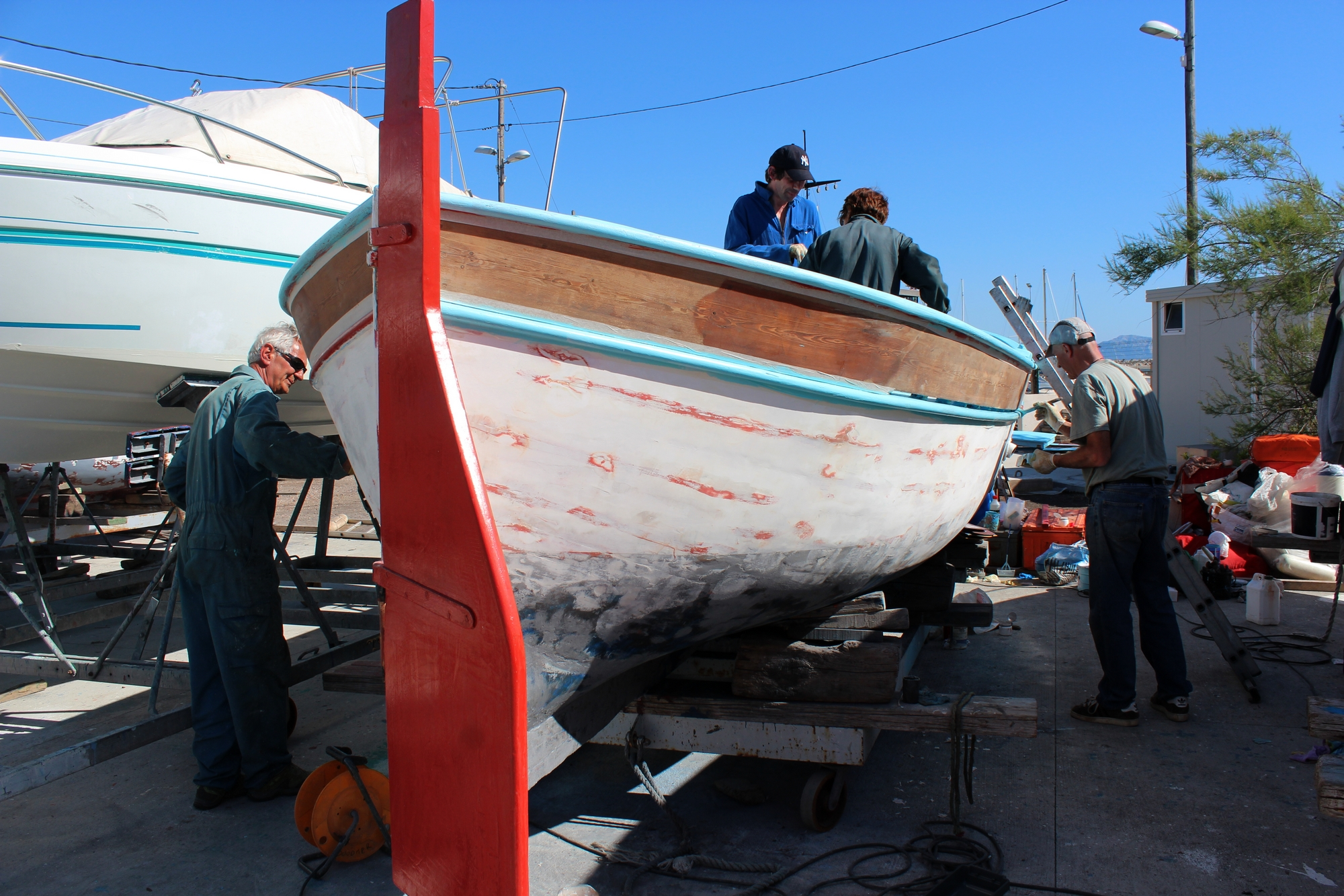 26 bénévoles ont participé au carénage de cette barquette marseillaise. ©AL