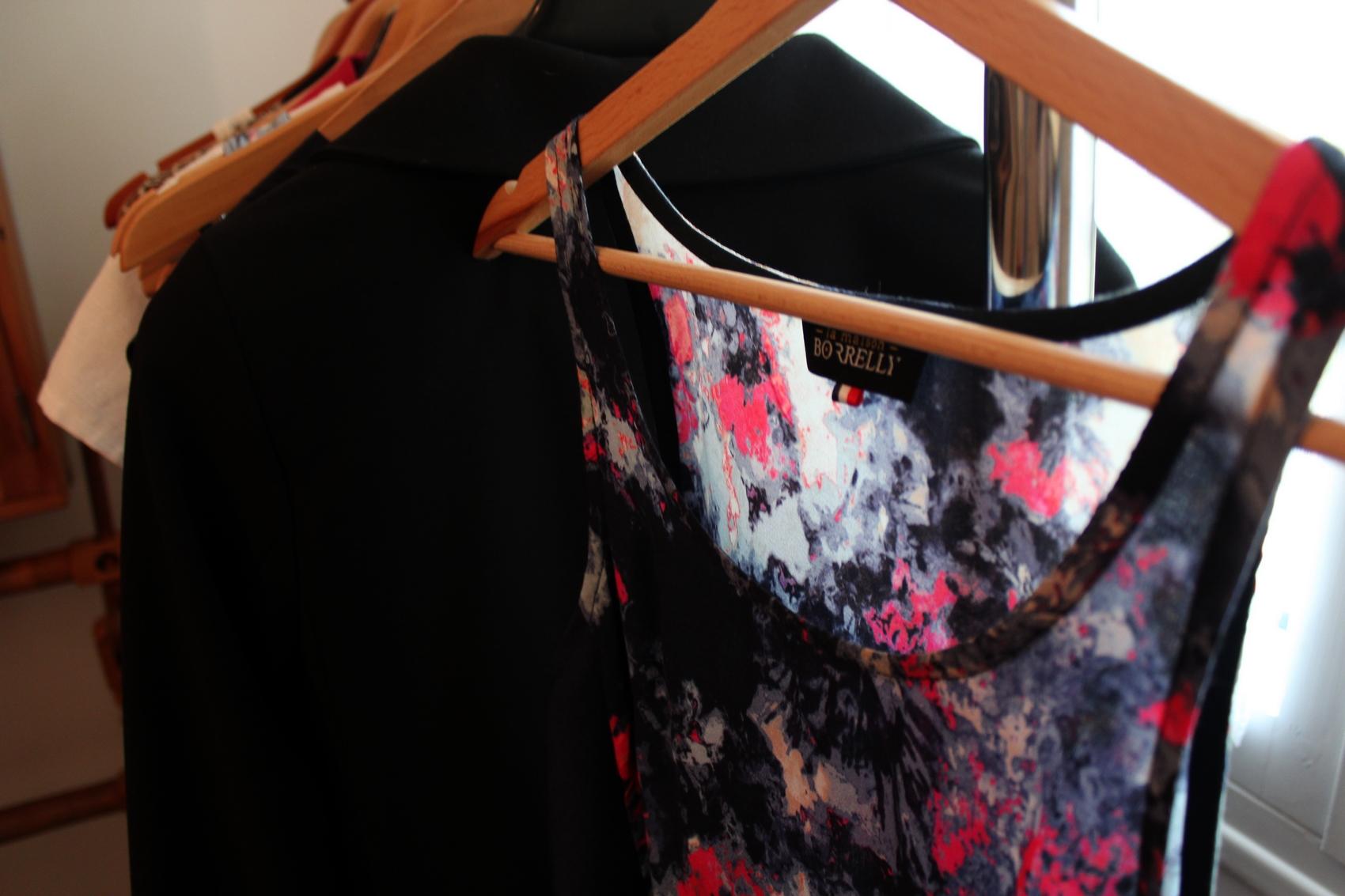 Nora crée une couleur et la décline dans toute sa collection. La première, est marquée par la couleur framboise. ©AL
