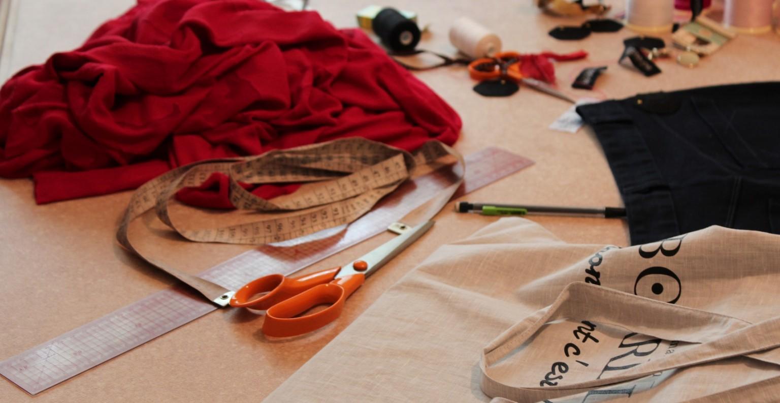 Les vêtements sont fabriqués par 13 A'tipik, un atelier de réinsertion professionnelle à Marseille. ©AL