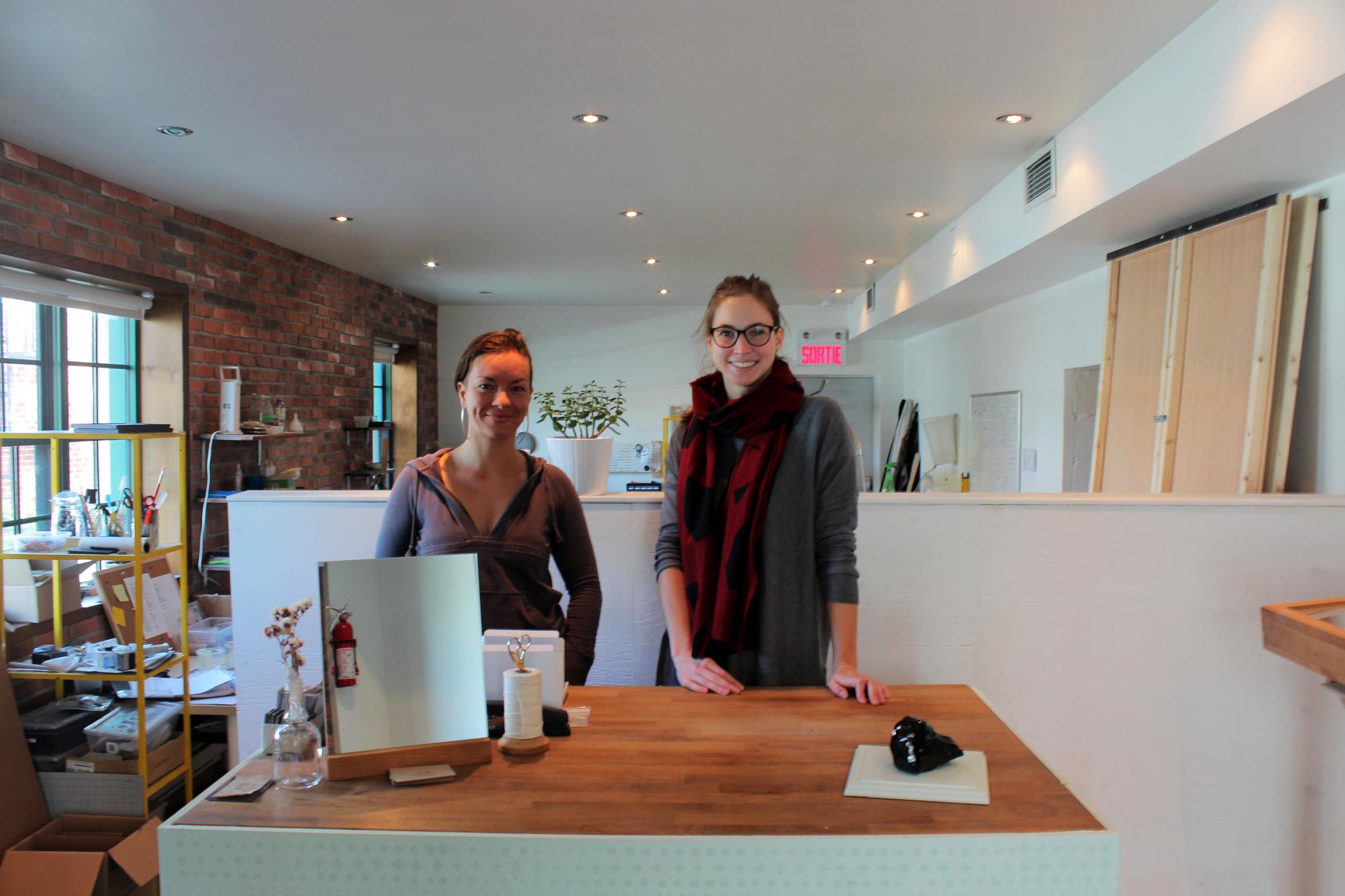 Kimberlee (à droite) au côté d'une employée, Catherine. ©AL