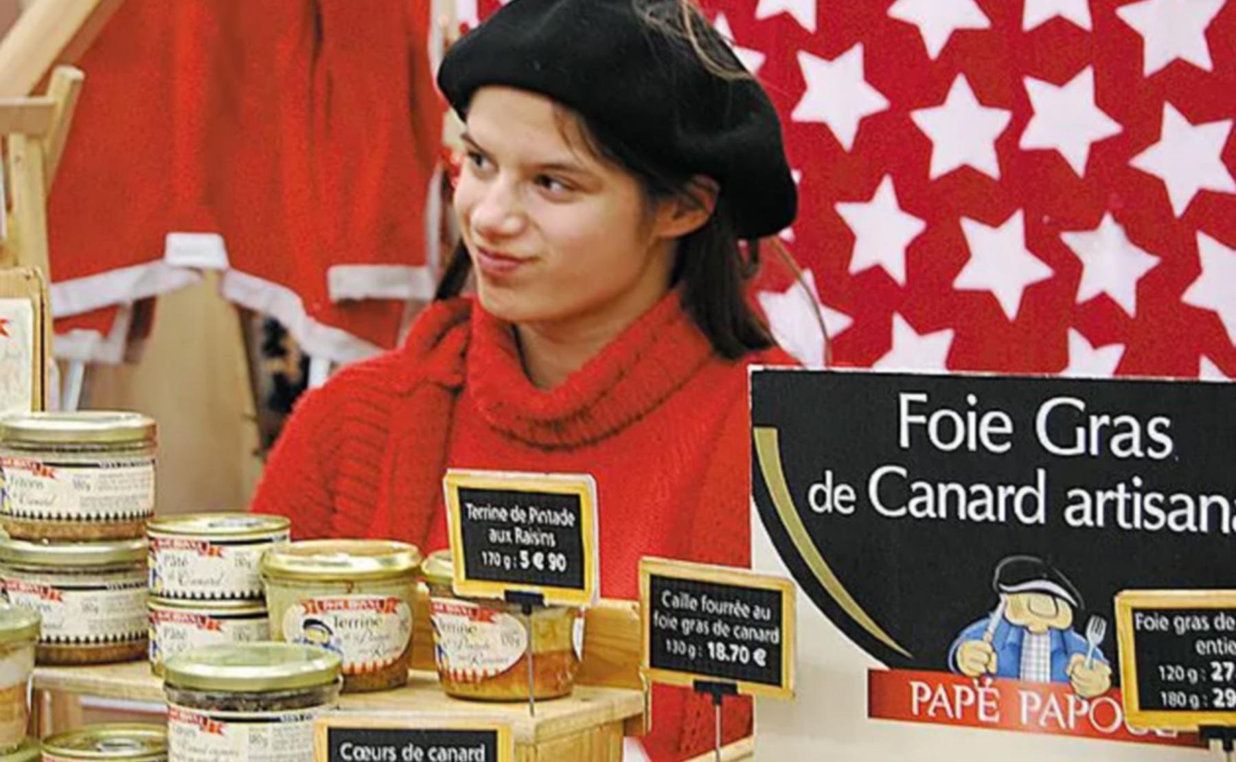 Le commerce de produits aveyronnais Papé Papoul (France) milite pour l'intégration de jeunes adultes autistes en entreprises. Béatrice et Jean-Claude Madaule ont créé un drive adapté pour donner une opportunité d'emploi à leur fille Julia. Elle est chargée de préparer les commandes passées en ligne. ©DR