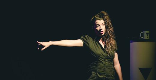 Klaire incarne entre autres le personnage d'Emilie, la poissarde des menstruations. ©Thomas O'Brien