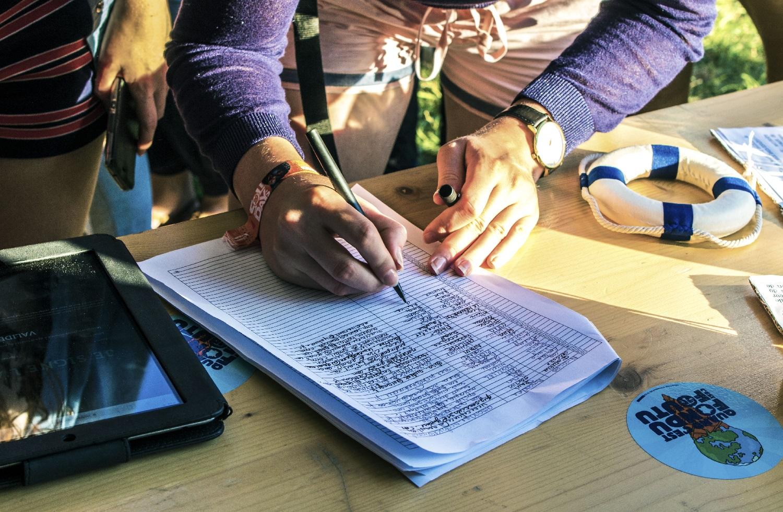 Signature de l'Appel pour une Constitution Écologique aux Solidays. ©Place to B.