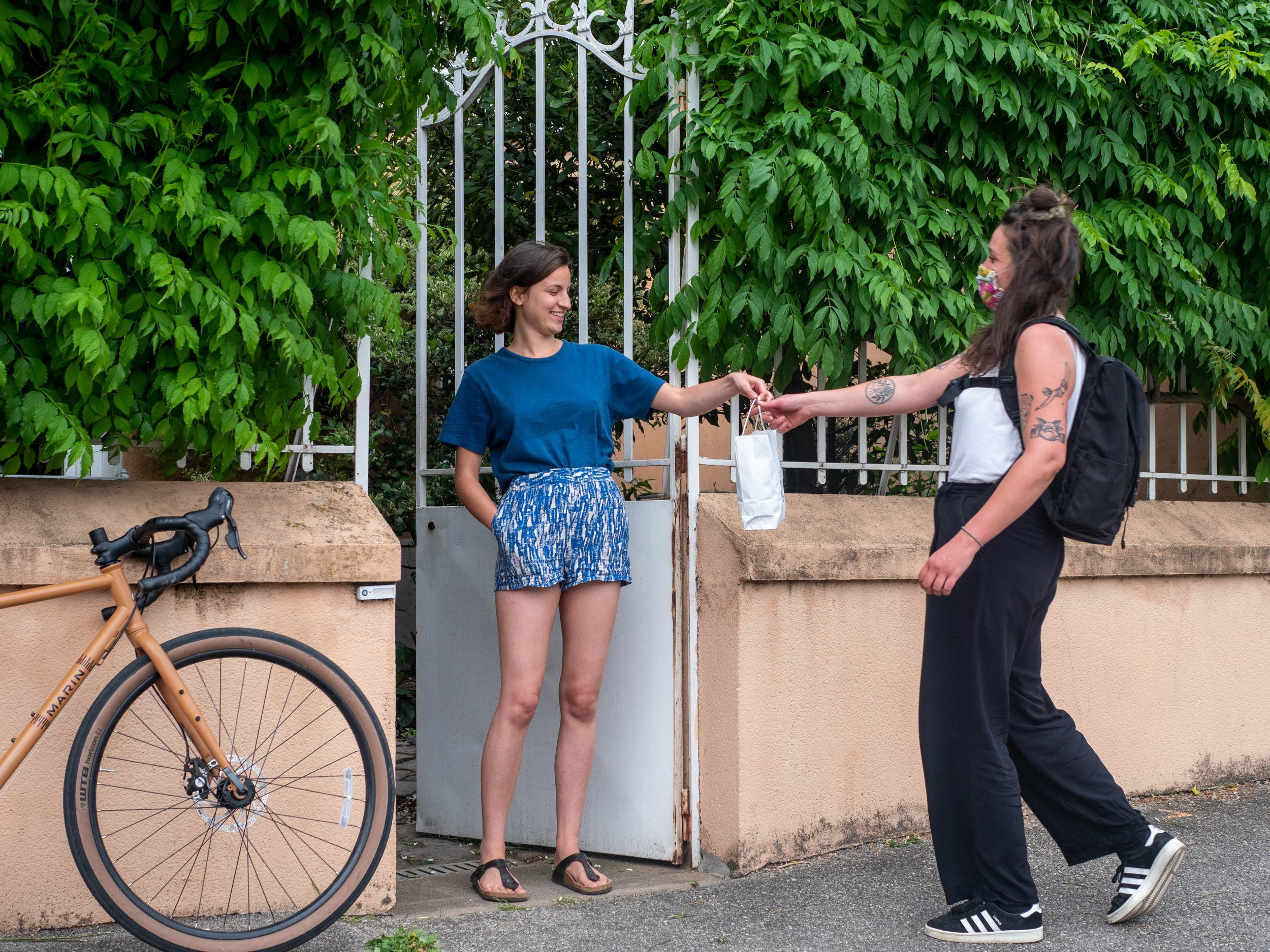 Les « cuistots » sont mis en relation avec les « riders » qui vont récupérer et livrer les plats cuisinés, tout en respectant les gestes barrières. ©#PourEux/ The Bikeriser
