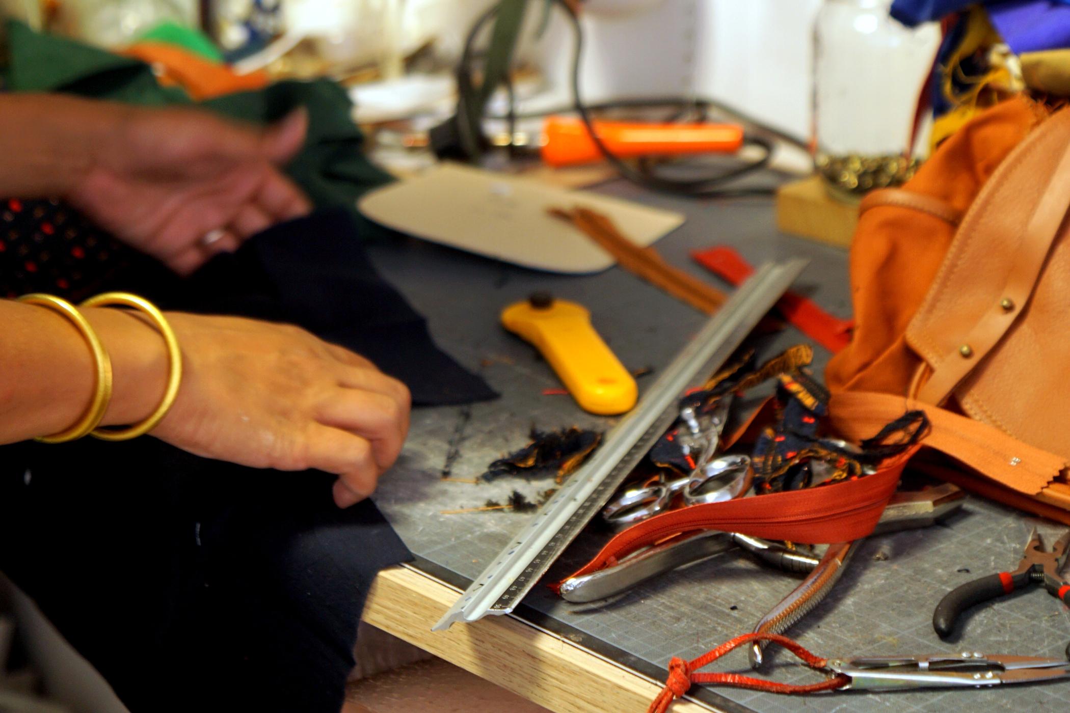 Élodie passe environ quatre heures pour fabriquer un sac. ©Sacadidie
