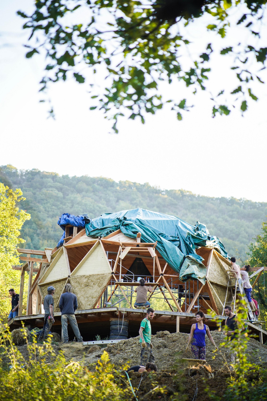 Constructiond'un dôme géodésique, au cœur du pays Cathare, avec l'association Ô bord du ruisseau, dédiée à la récupération et à l'apprentissage de techniques de construction, de création et de permaculture.©KevinSimon