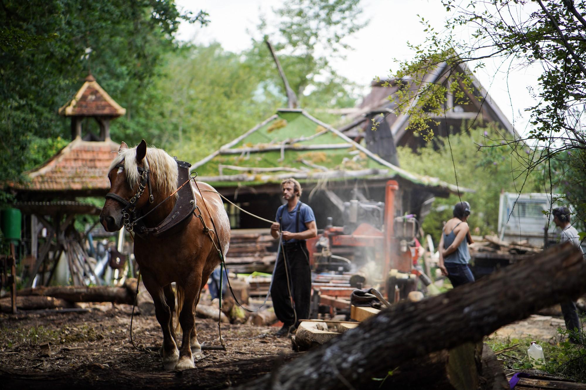 Copeaux Cabana est un collectif de charpentier(e)s dordognais qui travaillent uniquement la charpente traditionnelle en utilisant autant que possible des bois tordus et courts qui partiraient en bois de chauffage.©KevinSimon